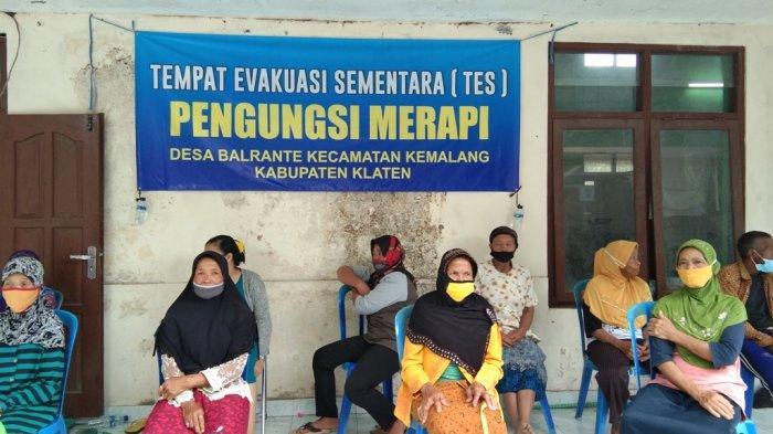 Jumlah Pengungsi Gunung Merapi yang Bermalam di Tempat Evakuasi Desa Tegalmulyo Klaten Menurun.