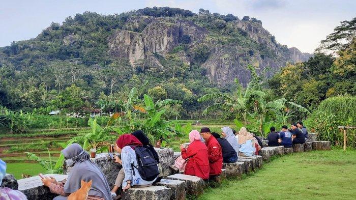 Pengunjung menikmati pemandangan Gunung Api Purba Nglanggeran di Patuk, Gunungkidul.