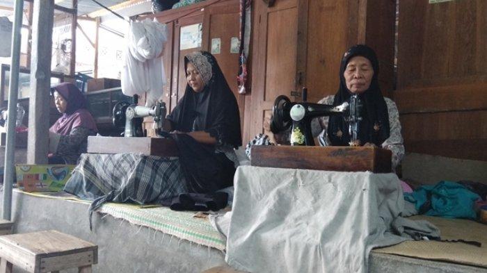 Ilustrasi: Ibu-ibu penjahit onthel di pasar Bantul sedang menjahit sesuai pesanan