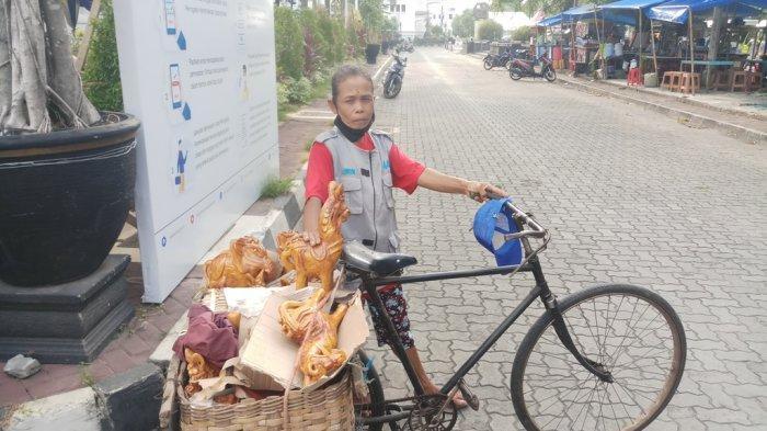 Mbah Sidep (67) ketika hendak berjualan di keliling kawasan Malioboro menggunakan sepeda ontelnya, pada Sabtu (17/10/2020).