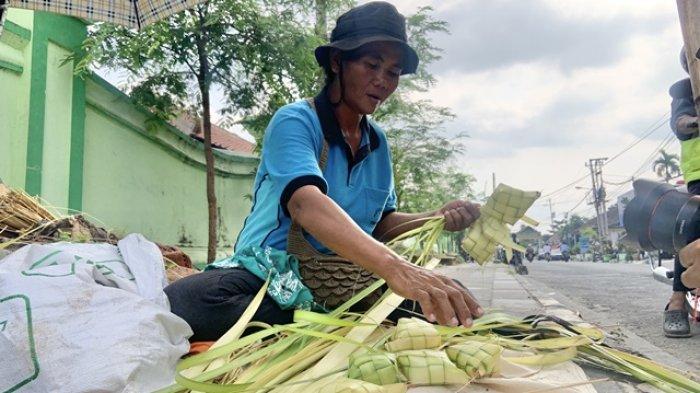 Cerita Pedagang Kulit Ketupat di Area Pasar Ngasem Yogyakarta, Coba Mengais Rezeki di Masa Pandemi