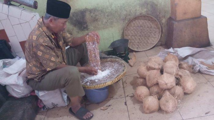 PenjualKelapa Parut di Pasar Beringharjo Sepi Pembeli Saat Iduladha