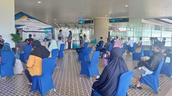 Penumpang sedang mengantre untuk mengakses layanan rapid test antigen di YIA, Kulon Progo Minggu (20/12/2020).