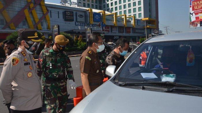 Petugas Lakukan Penyekatan di Simpang Trio Magelang Selama PPKM Darurat