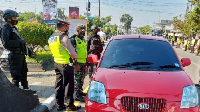 Petugas melakukan penyekatan pemudik di Tugu Ireng, Salam, Kabupaten Magelang, Jumat (14/05/2021)