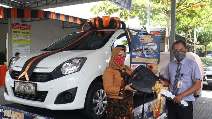Manna Kampus Serahkan Hadiah Pemenang Program Belanja Luar Biasa Murah Bisa Dapat Mobil