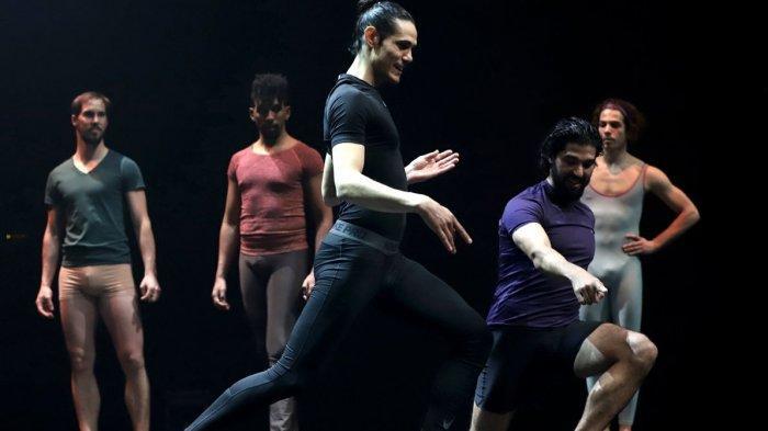 Penyerang baru Manchester United, Edinson Cavani saat menari balet