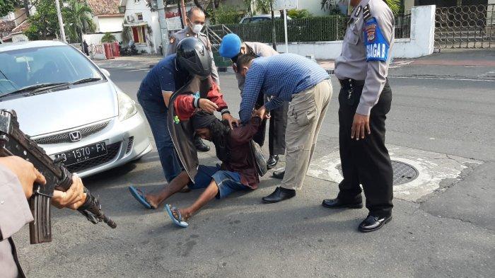 Pria misterius yang menyerang Mapolresta Yogyakarta dibekuk petugas, Selasa (8/6/2021).