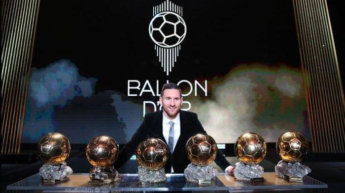 Peraih Ballon d'Or 2019, Lionel Messi berpose dengan enam trofi yang diraihnya