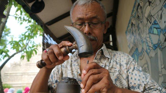 Perajin Wayang Kulit di Taman Sari Yogyakarta Jadi Magnet Wisatawan