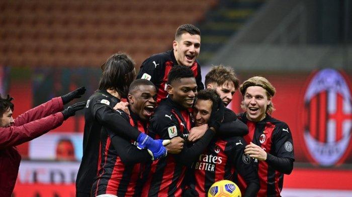 Para pemain AC Milan merayakan setelah Hakan Calhanoglu mencetak gol kemenangan di adu penalti 16 besar Piala Italia (Coppa Italia) pertandingan sepak bola AC Milan vs Torino pada 12 Januari 2021 di stadion San Siro di Milan.