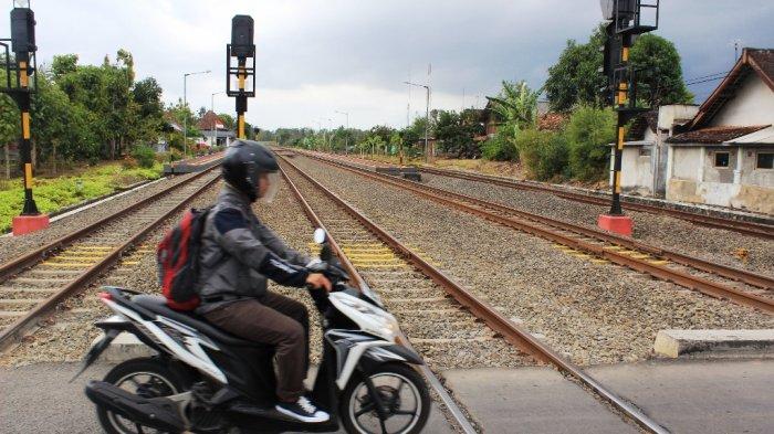 Tips Melintasi Rel Kereta Saat Hujan Agar Sepeda Motor Tak Terpeleset