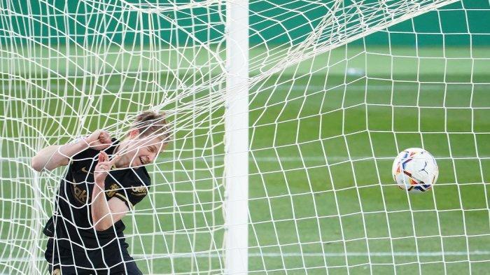 Gelandang Barcelona Frenkie De Jong mencetak gol pembuka pada pertandingan sepak bola liga Spanyol antara Elche CF dan FC Barcelona di stadion Martinez Valero di Elche pada 24 Januari 2021.