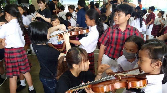 Pertunjukan Worldship Orchestra Jepang di SD Tarakanita Bumijo