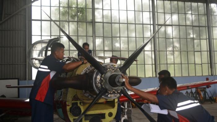 Anggota Skatek 043 sedang melaksanakan Maintenance pesawat KT -01 Wong bee dalam perawatan rutin (periodic inspection) di Hanggar Skatek 043 Lanud Adisutjipto, Senin (26/1/2015).