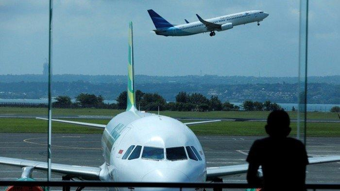 Pesawat lepas landas dari Bandara Internasional Ngurah Rai Bali. Jumlah wisatawan dari Tiongkok telah turun 35 persen
