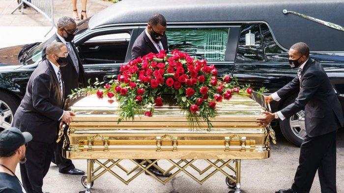 Ilustrasi: Peti mati George Floyd dibawa ke mobil jenazah setelah upacara peringatan keluarga pada hari Kamis, 4 Juni 2020, di luar Suaka Frank J. Lindquist di North Central University di Minneapolis.