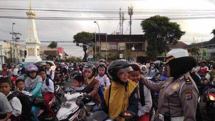 Polda DIY Bagi-bagi Helm Gratis, Beberapa Anak Nangis Tak Kebagian