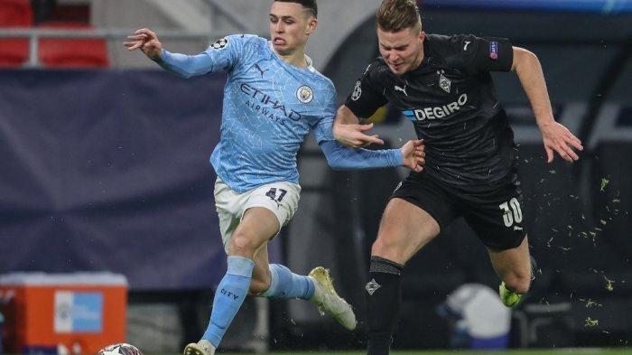 Phil Foden dan Nico Elvedi di babak 16 besar Borussia Moenchengladbach vs Manchester City di Puskas Arena di Budapest pada 24 Februari 2021.