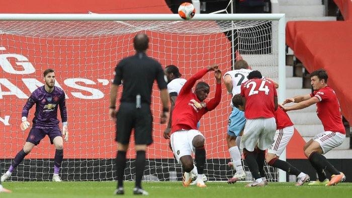 Gelandang Prancis Manchester United Paul Pogba (C) bereaksi setelah menangani bola dan kebobolan penalti selama pertandingan sepak bola Liga Premier Inggris antara Manchester United dan West Ham United di Old Trafford di Manchester, Inggris barat laut, pada 22 Juli 2020.