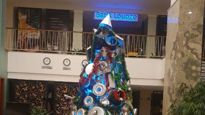 Tampilkan Suasana Berbeda, Jambuluwuk Malioboro Hotel Hias Pohon Natal dengan Benda Ini