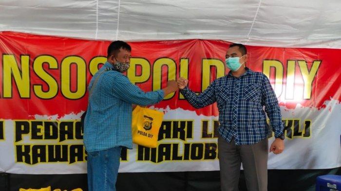 Polda DIY Bagikan Ratusan Paket Sembako untuk PKL Malioboro