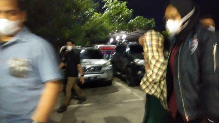 Tampak petugas dari tim Siber Polda Jabar tengah memboyong artis berinisial TA yang kepergok bersama seorang pria di hotel di Bandung, polisi menduga TA terlibat prostitusi online.