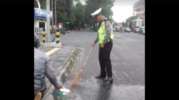 Salut! Kenakan Baju Seragam, Polisi Ini Tanpa Malu Ikut Bersihkan Jalan di Yogyakarta