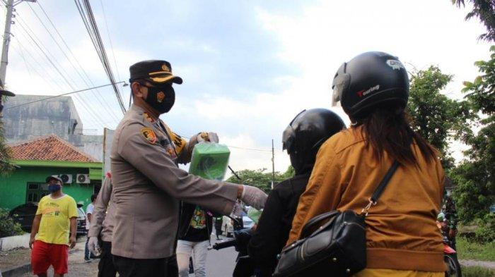 Polres Klaten Bagi-bagi Takjil Gratis Sembari Kampanyekan Ketertiban Berlalu Lintas