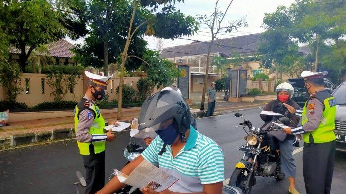 Polres Magelang Kota Bagikan Leaflet Imbauan dalam Ops Keselamatan Candi 2021