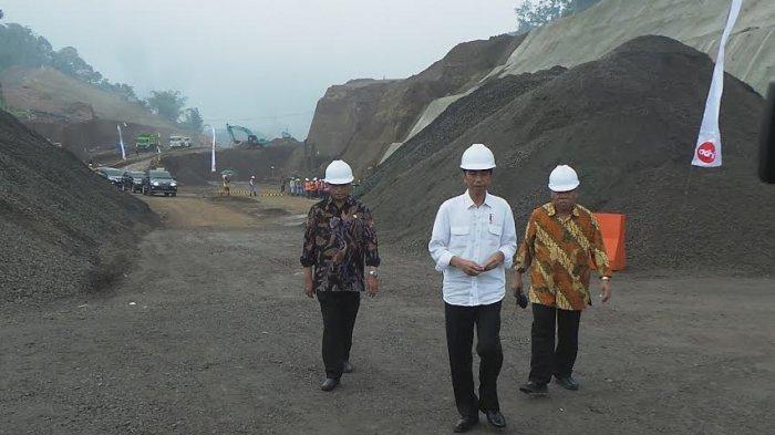 Presiden Jokowi Nekat Terobos HUjan saat Tinjau Proyek Tol Bawen-Salatiga
