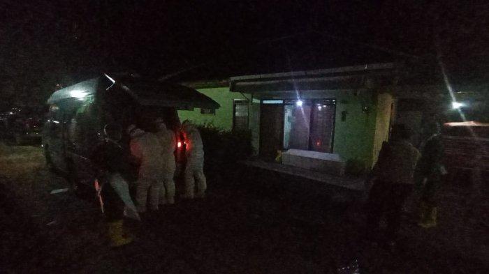 Proses evakuasi jenazah pasutri di Gamping Sleman yang meninggal saat isolasi mandiri di rumah