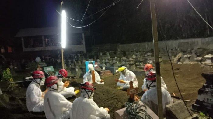 Proses pemakaman dengan prosedur Covid-19 di Trimulyo, Sleman, Jumat (14/5/2021) malam.
