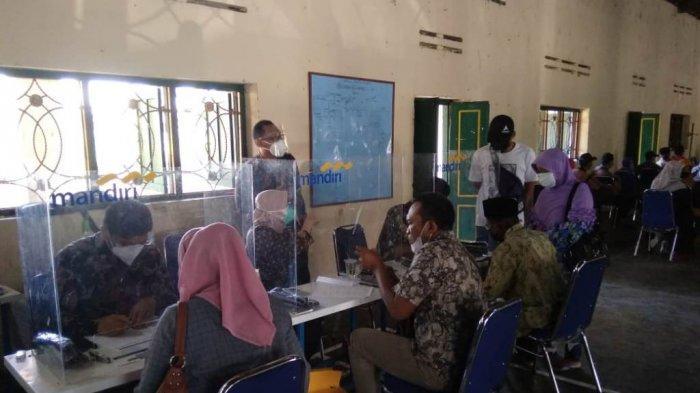 Suasana pembayaran UGR tanah terdampak tol Yogyakarta-Solo di Desa Glagahwangi, Kecamatan Polanharjo, Kabupaten Klaten, Selasa (29/6/2021)