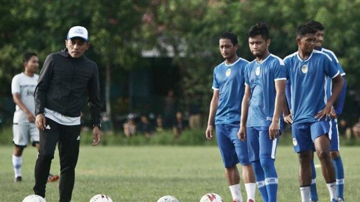 Pelatih PSIM Yogyakarta, Seto Nurdiyantoro (kiri) saat memimpin sesi latihan tim.