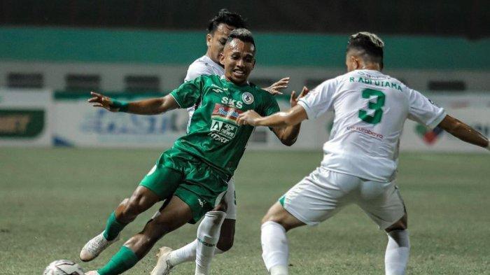 Pemain PSS Sleman, Irfan Jaya mencoba melewati kawalan pemain Persebaya Surabaya pada pekan kelima Liga 1 2021-2022 di Stadion Wibawa Mukti, Bekasi, Rabu (29/9/2021) malam WIB.