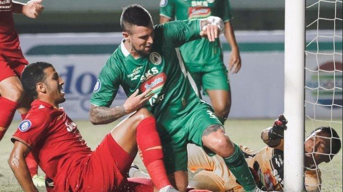 Duel di depan gawang PSS Sleman di Stadion Pakansari, Kabupaten Bogor, Jawa Barat, Minggu (5/9/2021).
