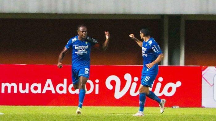 Igbonefo (kiri) melakukan selebrasi setelah mencetak gol penyeimbang ke gawang PSS pada leg pertama semifinal Piala Menpora 2021 di Stadion Maguwoharjo, Jumat (16/4/2021) malam.