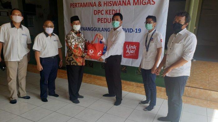 Pertamina dan Hiswana Migas DPC Kedu Bagikan Paket Sembako ke UMKM Terdampak Covid-19