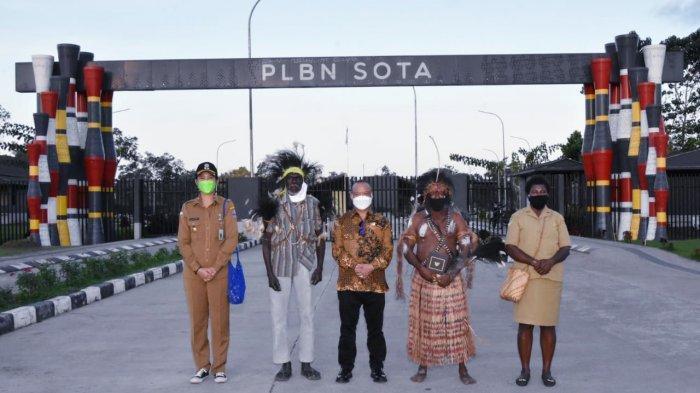 AM Putut Prabantoro bersama masyarakat penerima buku Masyarakat Pancasila di Titik Nol Kilometer Indonesia Bagian Timur, Sota, Merauke.