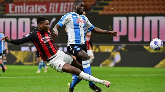 Rafael Leao dan Kalidou Koulibaly di Liga Italia Serie A AC Milan vs Napoli pada 14 Maret 2021 di stadion San Siro di Milan.