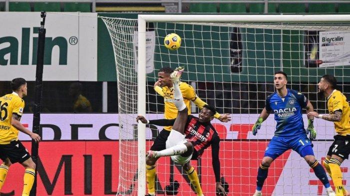 Rafael Leao melakukan tendangan di salto di LIga italia Serie A AC Milan vs Udinese pada 3 Maret 2021 di stadion San Siro di Milan.