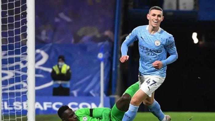 Phil Foden mencetak gol kedua untuk Manchester City kedua ke gawang Chelsea di Stamford Bridge