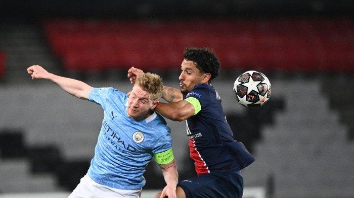 Gelandang Manchester City Kevin De Bruyne (kiri) berebut bola dengan bek Paris Saint-Germain asal Brazil Marquinhos pada pertandingan sepak bola semifinal leg pertama Liga Champions di Parc des Princes stadion di Paris, Kamis 29 April 2021.