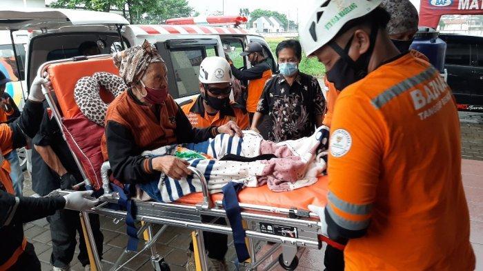Ratusan warga Dusun Babadan 2, Desa Paten, Kecamatan Dukun, Kabupaten Magelang, Jawa Tengah, kembali ke tempat pengungsian di Tempat Evakuasi Akhir (TEA) Desa Mertoyudan, Kecamatan Mertoyudan, Kabupaten Magelang, Kamis (7/1/2021).