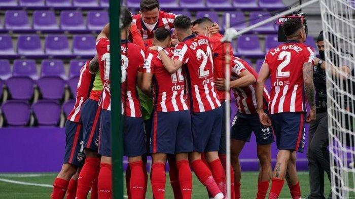 Skuad Atletico Madrid saat merayakan gol ke gawang Real Valladolid pada laga pamungkas Liga Spanyol di Stadion Jose Zorilla, Sabtu (22/5/2021) malam WIB.
