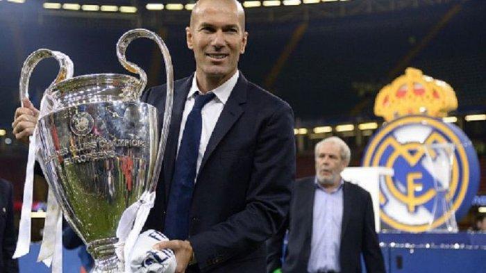 Pelatih Real Madrid Zinedine Zidane mengangkat trofi Liga Champions seusai mengalahkan Juventus pada final di Stadion Millenium, Sabtu (3/6/2017).