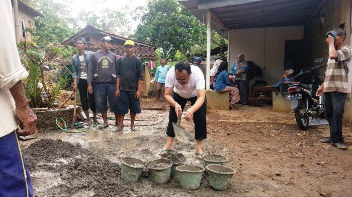 Rektor UNY Sutrisna Wibawa Berikan Bantuan ke Warga Korban Tanah Ambles dan Longsor di Gunungkidul