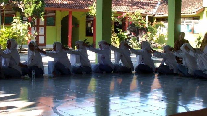 Relaksasi, Siswa SMA Muhammadiyah Al Mujahiddin Gunungkidul Saling Pijit Sebelum Ikuti UNBK