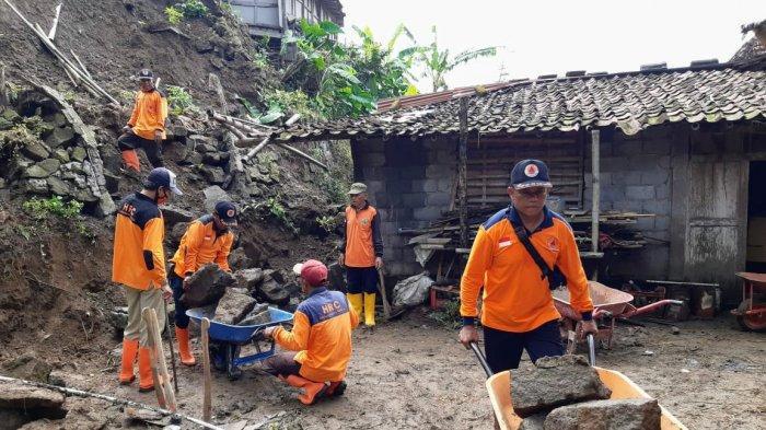 BREAKING NEWS: Hujan Deras, Lereng Setinggi 4 Meter Longsor di Gedangsari Gunungkidul